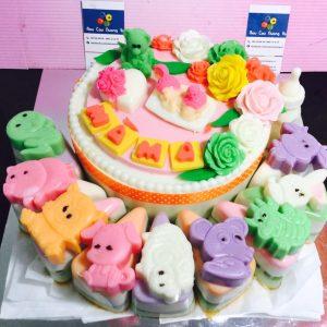 em-be-binh-sua-va-cupcake