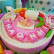 em be binh sua va cupcake 4